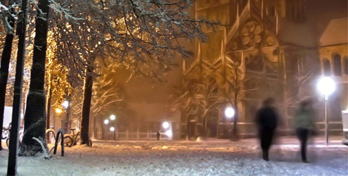 Winterzeit im Marktcafe Münster - Blick auf den verschneiten Domplatz. Foto: Jens Henning
